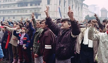 מחאה נגד צ'אושסקו ברומניה, 1989 - צילום Christophe Simon, Joel Robine, AFP via Getty Images IL