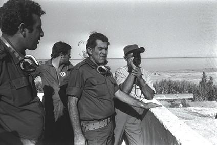 משה דיין ודוד אלעזר במהלך מלחמת יום כיפור, 1973 // צילום: יצחק שגב, לע״מ