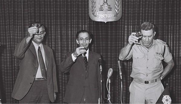 מינוי רוזוליו -מימין - למפכ ל, 1972. במרכז שלמה הלל צילום פריץ כהן, לע מ
