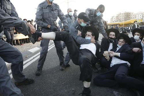 עימותי חרדים ושוטרים בבני ברק, בחודש שעבר צילום תומר אפלבאום, ׳הארץ׳