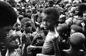 הרעב בביאפרה, 1968 צילום Romano Cagnoni, Hulton Archive, Getty Images IL