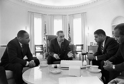 לינדון ג'ונסון בבית הלבן, עם מרטין לותר קינג ומנהיגי התנועה לזכויות האזרח, 1964 צילום Yoichi Okamoto