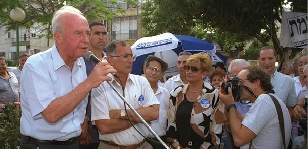 רבין באספת בחירות בבת ים, 1992 צילום זיו קורן, לעמ