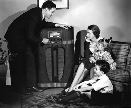 משפחה אמריקאית סביב הרדיו, שנות ה־30 צילום Camerique Archive, Getty Images IL