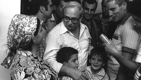 נבון מבקר בקריית שמונה לאחר מטח קטיושות על העיר, 1981 צילום יעקב סער, לע״מ
