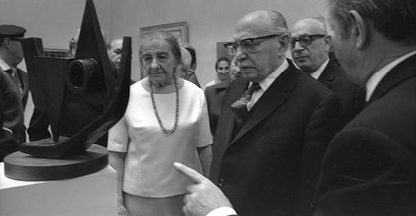 """שז""""ר עם גולדה מאיר בפתיחת מוזיאון תל אביב, 1971 // צילום פריץ כהן, לע""""מ"""