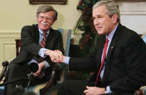 חשדנות רפובליקנית. הנשיא לשעבר בוש והשגריר לשעבר בולטון // צילום: איי־אף־פי, אימג'בנק