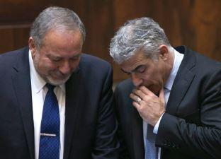 ליברמן ולפיד // צילום: אוליבייה פיטוסי, ׳הארץ׳