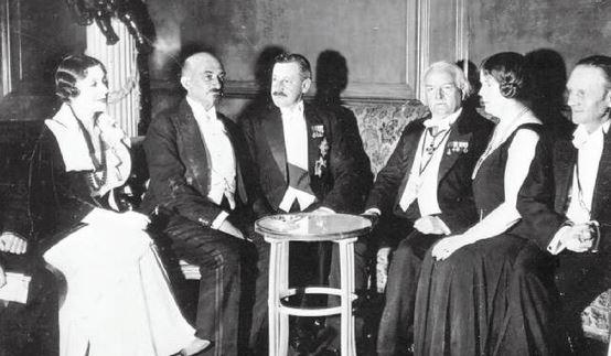 חיים ויצמן (שני משמאל) עם הרברט סמואל (שלישי משמאל)