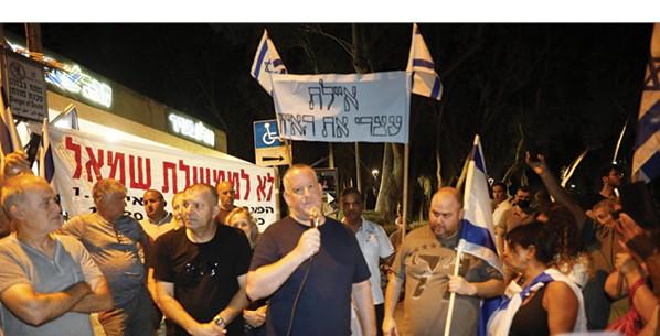 הפגנה מול ביתו של בנט, בסוף החודש שעבר - צילום-תומר אפלבאום, ׳הארץ׳