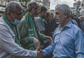 יחיא סינואר מסתובב בעזה לאחר המבצע צילום Mohammed Talatene, picture alliance via Getty Images IL