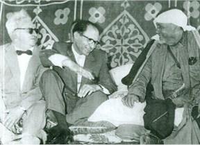 מנחם בגין ויוחנן בדר בביקור במאהל בדואי, בשנות ה 50 צילום ארכיון מרכז מורשת בגין