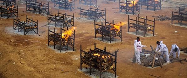 משרפת גופות בהודו, בחודש שעבר. צילום: Abhishek Chinnappa, Getty Images
