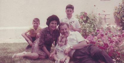 בוז'י הילד )משמאל( והמשפחה בצהלה