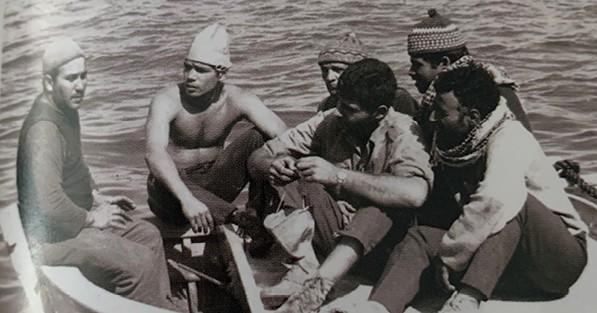 דגן (משמאל) כמסתערב בעזה. ראשית תהילתו הצבאית צילום אוסף פרטי