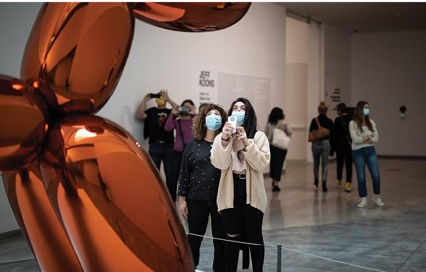 מבקרים במוזיאון תל אביב. מי מחליט מה זו אמנות גדולה צילום הדס פרוש, ׳הארץ׳