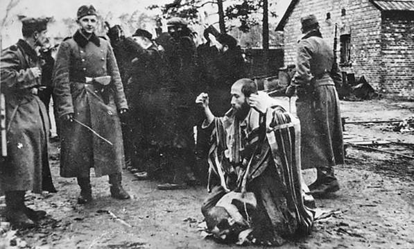 תמונת ההתעללות ביהודי בפולין. דגן טען שמדובר בסבו