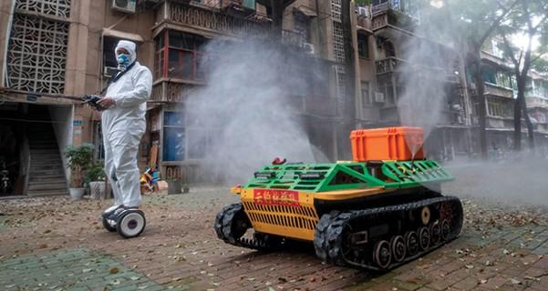 נלחמים בקורונה בווהאן, סין. נשק ביולוגי שדלף // צילום: STR, AFP via Getty Images