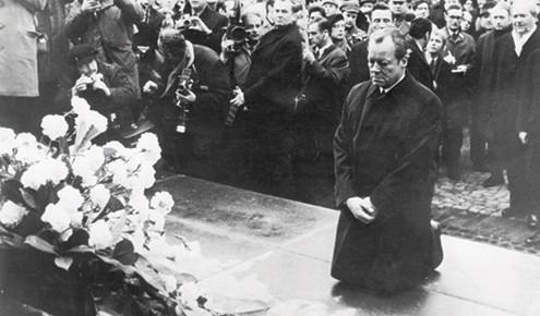 הקנצלר ברנדט באנדרטה בפולין. בלי לומר מילה