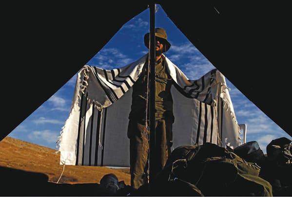 חייל מ'נצח יהודה' מתפלל צילום אביר סולטן, דו צ