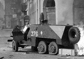 משוריין סובייטי נשרף בהתקוממות בהונגריה, 1956